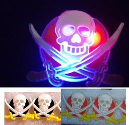Barato Adereços De Roupas Piratas-Flash JACK Pirata Skull Swords Brooch Pin LED Light Glow Clipe Clips Halloween Xmas Kids Costumes Props Party Favor Toy presente