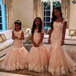 Barato Blush Vestidos De Renda Mangas-Blush Pink Lace Mermaid Girls Vestidos com mangas Cap Long Flower Meninas Vestidos para Casamentos Zipper Back Kids Party Dress Aniversário