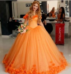 Barato Laranja Ruched Vestidos-.Latest Beautiful Orange Quinceanera Dresses 2017 Sweetheart Backless Vestido de baile Prom Dress Flores feitas à mão vestidos de 15 anos