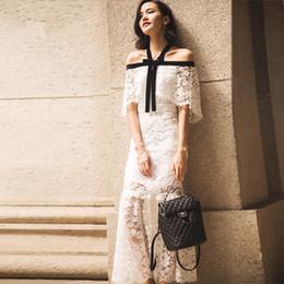 95118ea82c8114 Neue Design Mode Frauen sexy Neckholder Halsausschnitt Schulterfrei Kurzarm  schwarz weiß Farbe Block Spitze Meerjungfrau Maxi langes Kleid
