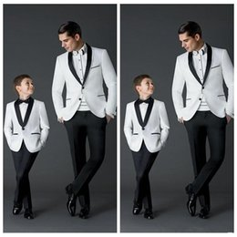 Barato Manto Preto Smoking-New Black White Groom Tuxedos Men's Party Casual Baile de finalistas Trajes de pai e menino (Jacket + Pants + Bow) Vestuário formal Smoking de duas peças