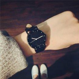 Небольшой свежий компактный мини простой наручные часы женская мода звезда малый циферблат кварцевые clcok для девочек все Матч кожаные часы на Распродаже