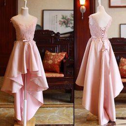 Grand Bal D'honneur Pas Cher-Cheap Custom Made High Low Homecoming Robes Short Prom Dress Sheer Neck Sans manches Appliques en dentelle Blush Pink Habillement formel avec ceinture