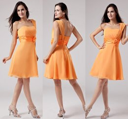 Barato Laranja Ruched Vestidos-One Shoulder Orange Short Vestidos de dama de honra Tamanho do joelho Flower Sash Ruched Maid of Honor Vestidos Cocktail Dresses Cheap