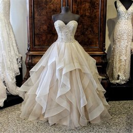 Barato Bordado Casamento Ruffles-Lindo bordado Beading Sweetheart Ruffled Organza Layered Grey Wedding Ball Gown Vestido com cristais de cores Bridal Gowns