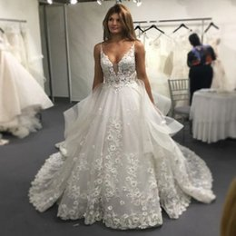 Barato Vestido Completo Feito À Mão Flor-Full Lace Wedding Dresses Lace Appliques sem mangas A Line Country Bridal Dresses V Neck Hand Made Flower Tulle Illusion Bodice Bridal Gowns