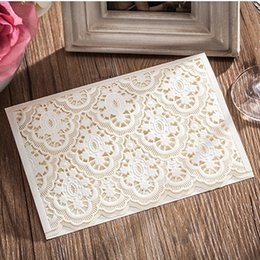 Barato Convite Customizável Do Noivo Da Noiva-Elegante Customizable White Groom Bride flor Casamento Convites Cartões com Envelope e envelope Etiquetas Wedding Supplies CW6085