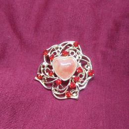 Flower Shape Brooches Canada - Fashion creative heart-shaped flower Simple retro alloy Brooch Rhinestone Brooch Artificial jewelry Men and women Gold Brooch