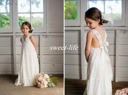 Robe Maxi De Mariage Plage De Boho Pas Cher-Romantic V-neck Summer Boho Flower Girls Robes Longueur au sol Vintage Maxi Ivory Lace Baby Communion Robes Convient pour Beach Wedding 2017