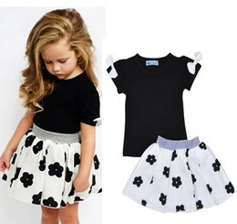 Childrens Camisas Negras Baratos-2017 Girls Baby Childrens Clothing Sets Bow Black T-shirts Faldas florales 2 Unids Set ins Fashion Summer Girl Kids Falda Boutique Ropa Trajes