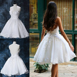 Barato Vestidos Formais De Tule-White Lace Appliques Backless Homecoming Vestidos Sweetheart Neck Pearls Short Prom Gowns Joelho Comprimento Tulle Formal Cocktail Dress