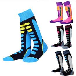 Venta al por mayor de 2017 deportes al aire libre espesando calcetines de esquí de larga montaña escalada Senderismo calcetines de moda hombres y mujeres ciclismo calcetines transpirables