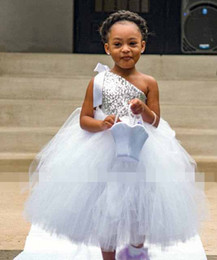Robes D'argent Argentées Pas Cher-2017 Cheap Silver Sequins Tutu Flower Girls Robes Une épaule Floor Length Puffy Ball Gown Girls Birthday Party Gown First Communion Dres