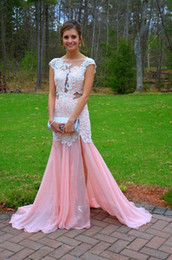 Barato Vestidos De Baile Brancos-2017 Pink Chiffon White Lace Appliqued Prom Dresses Sheer Bateau Neck Cap Sleeve Backless Mermaid Side Slit Evening Gowns