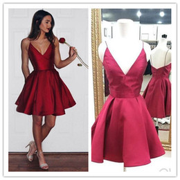 Barato Vestido Curto De Baile De Borgonha-Cheap Burgundy Short Homecoming Vestidos Faixa de ombro fina Modest Cocktail Party Vestido Dark V Neck 8th grade vestidos de baile