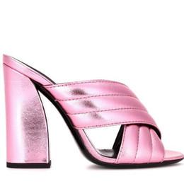 Venta al por mayor de Corredor de cuero dorado Pasarela Mujer Diapositivas Recorte del dedo del pie Chunky Tacón alto Verano Sandalias frescas Bloque Zapatillas de tacón Zapatos al aire libre