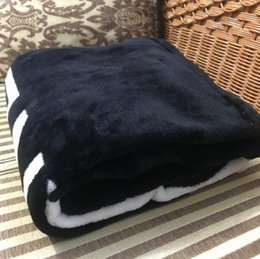 Luxo padrão preto cobertor 130X150 CM material de lã de flanela com saco de pó C estilo logotipo para Viagem, casa, escritório nap cobertor presente VIP
