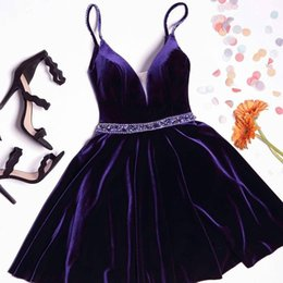 Barato Vestidos De Festa Brilhantes E Brilhantes-Vintage Velvet Short Cocktail Dresses Purple Spaghetti Straps Short Prom Dresses com Sparkly Sash Sexy V Neck Backless Party Gowns