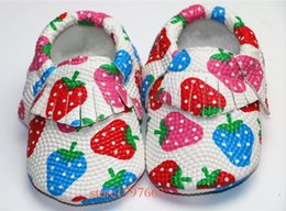 Barato Sapatos Prewalker Grossista-Atacado- Rainbow Strawberry Shoe PU Leather Baby Mocassins Soft Moccs Baby Shoe Newborn Baby First Walkers Infant Tassels Shoes Prewalker
