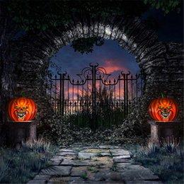 Round Stone Door Iron Gate Nightfall Giardino Foto Studio Sfondi Tramonto Nuvole Zucche Lanterne Halloween Fondali per la fotografia