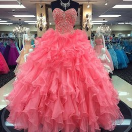 Barato Decote Em Organza-Classice Quinceanera Vestidos Coral Ruffles Saia Beaded Appliques Sweet 16 Dress Sweetheart Neckline sem mangas Formal Prom Party Vestidos