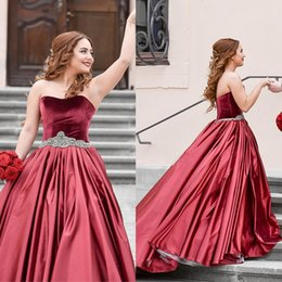 Robes De Bal Cœur Rouge Pas Cher-Bourgogne Rouge Satin Velvet Quinceanera Robes Sweetheart Crystal Sash Backless Sweet 16 Robes Robes de bal simples Robes de bal plus grande taille