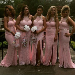 Barato Laço Rosa Vestidos Longos Dama De Honra-Gorgeous 2017 Pink Full Lace Mermaid Bridesmaid Dresses Long Sexy Halter Beaded Sash Collar Side Split Wedding Guest Gowns Custom