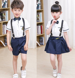 Chemises À Manches Courtes Pas Cher-2017 Ensemble de robe unifamiliale New Kids School 2PCS Set Bow Tie Girl T-shirt blanc + Jupe en suspension Boys White Shirts + Suspender Short Bants B4603