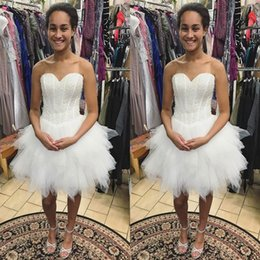 Barato Tops Brancos Do Vintage-2017 Luxo Vestidos de baile curto Sweetheart Sem mangas Beads Sequins Top Boning Ruffles Off White Marfim Homecoming Vestidos Custom Made