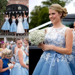 Barato Vestido De Casamento De Renda De Renda De Comprimento De Chá-Light Sky Blue Short Lace Country Bridesmaids Vestidos Sheer Bateau Neck Wedding Vestido de convidado Tea Length Tulle Cheap Maid Of Honor Gowns