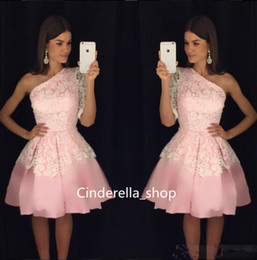 Barato Vestido De Cocktail Cor-de-rosa Modesto-Modest One Shoulder Homecoming Vestidos Blush Pink Lace Appliqued Draped A Line Dubai Cocktail Dresses 2017 Short Prom Gowns Custom Made