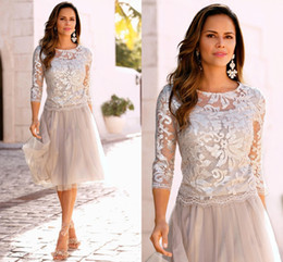 Barato Vestidos De Duas Peças Para Mãe Noiva-2017 Short Cheap Two Pieces Mother Of Bride Dresses Jewel Neck Tulle Lace Appliques Comprimento do joelho Silver Formal Cheap Wedding Guest Gowns