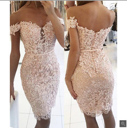 Barato Vestidos De Dama De Honra Curtos-2017 Blushing Pink Lace Short Bridesmaid Cocktail Dresses Off the Shoulder Beaded Cordão Appliques Mulheres cabidas Short Prom Party Gown Red