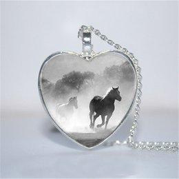 10 pçs / lote cavalo em pingente de coração de nevoeiro, cavalo jóias, pingente de coração de cavalo coração colar de vidro foto cabochão colar em Promoção