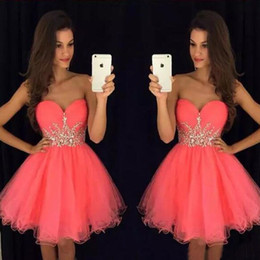 Robes Pour L'obtention Du Diplôme 12 Pas Cher-Gorgeous Short Homecoming Robes Coral Pink Tulle Party Dress Sweetheart sans manches Cristaux Cheap Custom Made Graduation Prom Dress