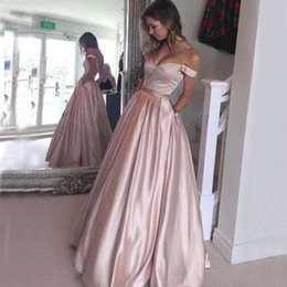 Barato Vestidos De Noite-Impressionante A Linha Blush Pink Prom Vestidos Off the Shoulder Long Formal Evening Party Vestidos Comprimento andar desgaste com cintura e bolsos frisados