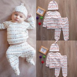 Barato Roupas Infantis Jumpsuit-Famous Brand Baby Girls White Romper Boutique Roupas para crianças Camisola de manga comprida + legging quente Pants + Hat Infant Jumpsuit Toddlers Bodysuit