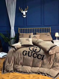 velvet bedding sets 2018 - Luxury Brand Letter G Towe Little Logo Velvet Bedding Suit Fashion Winter Thick Quilt Cover Comfortable 4PC Bedding Shee