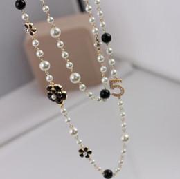 5089b327b5ec Elegantes Mujeres Número 5 Cadena Suéter Largo de Perlas Negro Esmalte  Blanco Camellia Flor Collar de Mujer Chica Accesorios de Joyería Del Partido