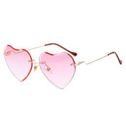 1fa6dfce34 2018 nueva moda marco de metal en forma de corazón gafas de sol mujeres  corazón claro partido gafas de sol para mujeres rosa blanco uv400