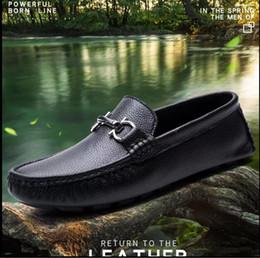 Ingrosso Morbido uomo in pelle per il tempo libero vestito da scarpe parte regalo doug scarpe fibbia in metallo slip-on famoso marchio uomo lazy falts mocassini Zapatos Hombre 40-46