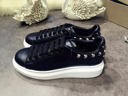 Alta calidad para hombre para mujer de lujo negro de cuero blanco con  zapatos de plataforma de espigas Lady Fashion Dress Shoes diseñador  zapatillas de ... b539e306750