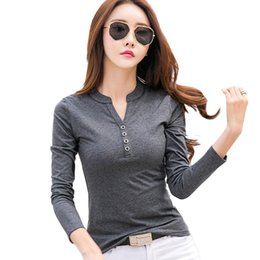 New fashion t-shirt donna solido scollo av donne t-shirt manica lunga top 2018 autunno cotone bottoni t-shirt superiore femminile in Offerta