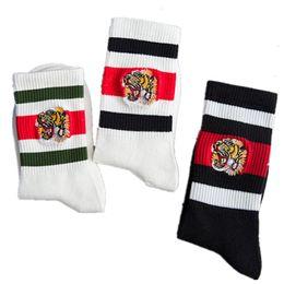 7558fd73563 FASHION design homme chaussettes broderie tête de tigre rayures sport  couple chaussettes noires rayures de coton
