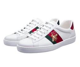 Venta al por mayor de Diseñador de serpientes de lujo Hombres Mujeres Zapatillas de deporte Zapatos casuales Zapatillas de deporte superiores de cuero Ace Bee Stripes Zapato deportivo Zapatillas deportivas Envío de la gota