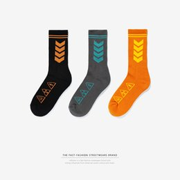 Wholesale European and American tide signs and street signs indicate that sports stockings are high quality men s high tube socks
