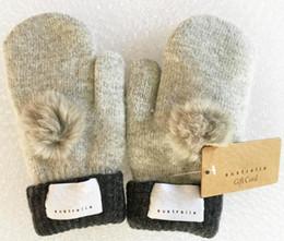 Großhandel Damen Markenhandschuhe für Winter und Herbst Kaschmir Handschuhe Handschuhe mit Pelz Ball Outdoor Sport warme Winter Handschuhe 8 Farbe