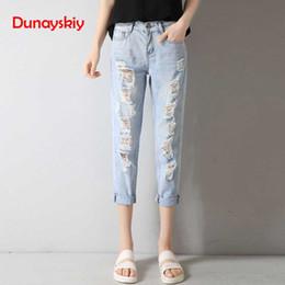 a81c4c59bf00 Dunayskiy Casual Solto Plus Size Verão Mulheres Jeans Buraco Rasgado Moda  Streetwear Harem Pants Calças Jeans Estilo Coreano BF