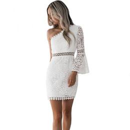 5d245201cb487 2019 nuevo vestido sexy hueco ahueca hacia fuera las mujeres elegante  vestido de encaje blanco de un hombro flare manga clubwear corto club party  dress