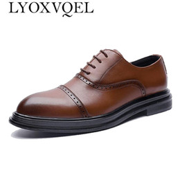Discount brown casual dress shoes for men - Luxury Leather Brogue Mens Flats Shoes Casual British Style Men Oxfords Fashion Brand Dress Shoes For Men M466